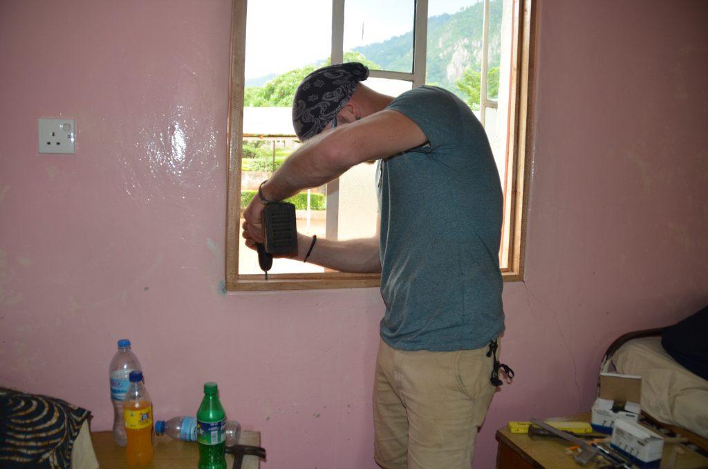 2b-6 Einbau der Moskitonfenster in der Geburtenstation